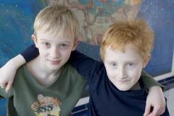 2 Jungen die Arme über die Schulter gelegt