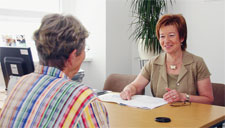 Beraterin und Patientin an einem Tisch