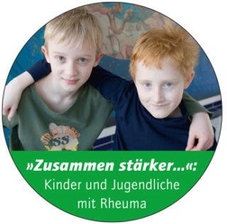 Button, rund, Foto mit 2 Jungs, Schriftzug: Zusammen stärker: KInder und Jugendliche mit Rheuma
