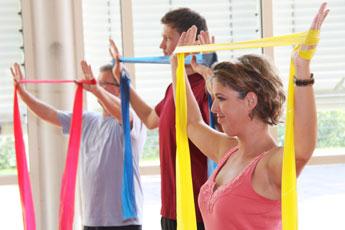 Männer und Frauen machen Gymnastik