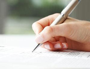 eine unterschreibende Hand