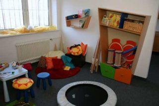 Raum für Kinder mit verschiedenem Spielzeug