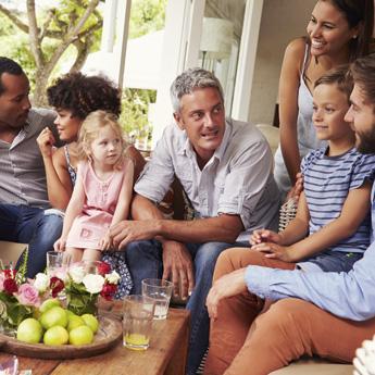 mehrere Eltern mit Ihren Kindern sitzen zusammen und tauschen sich aus