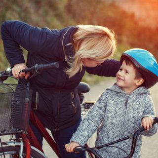 Mutter und Kind beim Radfahren