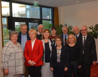 Rotraut Schmale-Grede, Präsidentin der Deutschen Rheuma-Liga, mit dem neu gewähltem Vorstand
