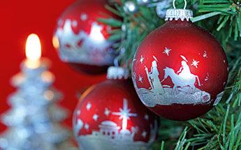 rote Weihnachtsbaumkugeln am Baum