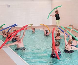 Frauen und Männer mit Rheuma bewegen sich mit Freude im Rheuma-Liga-Berlin-Gesundheitszentrum.