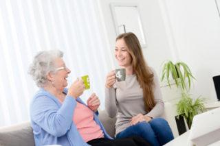 Ältere und jüngere Frau gemeinsam beim Kaffetrinken