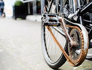 Fahrrad mit rostiger Kette