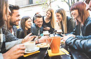 Gruppe von jungen Menschen am Tisch