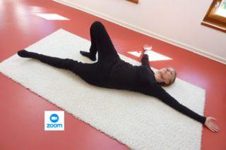 Frau mach Gymnastik am Boden